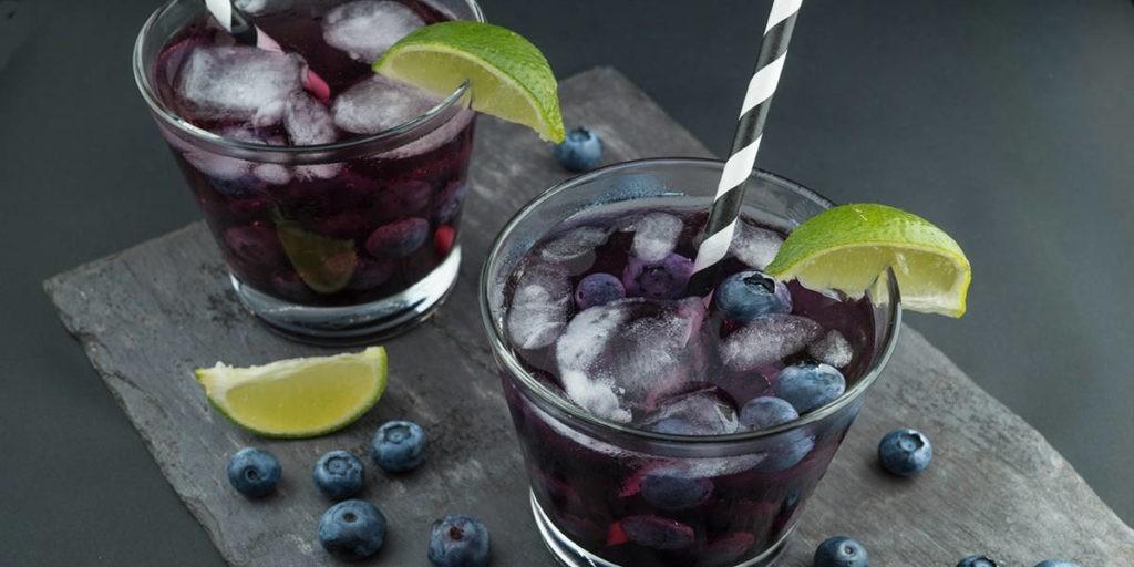 Черничный мохито в бокалах со льдом