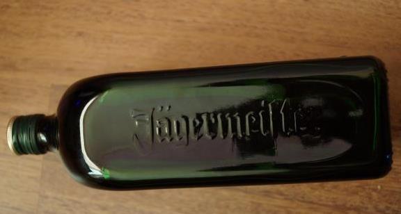 бутылка с рифленой надписью егермейстер